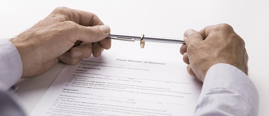 Mann unterzeichnet Scheidungspapiere